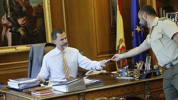 Don Felipe, en su despacho de La Zarzuela con el ayudante de campo